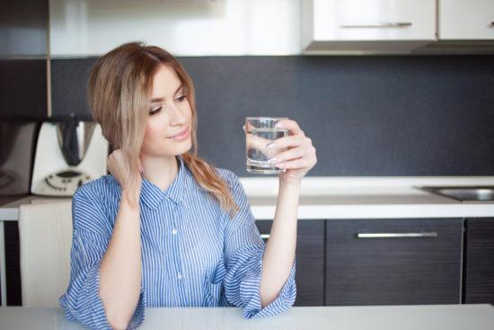 Frau Wasser Küche