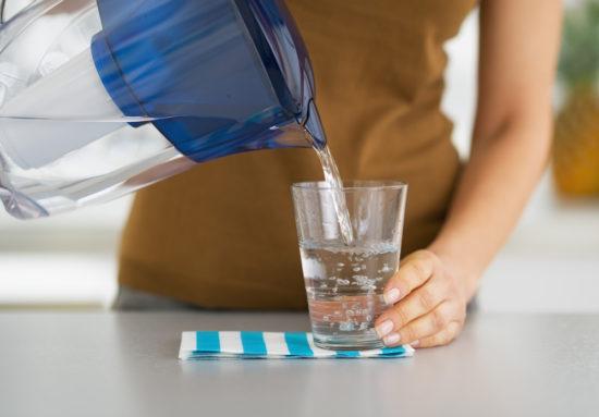 Wasser aus Filter in Glas